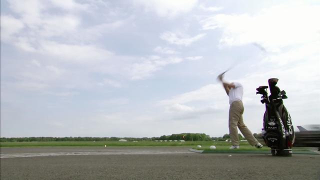 画像: ティショットから一瞬遅れてクルマがボールを追走開始!