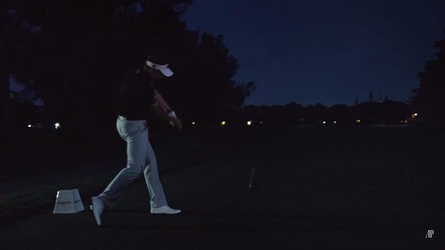 """画像: イアン・ポールターの""""トリックショット始球式""""で幕が開く"""