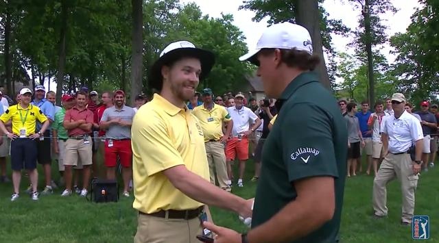 画像: スタッフの元を訪れたミケルソンは、ジョークとともに真摯に謝罪 www.youtube.com