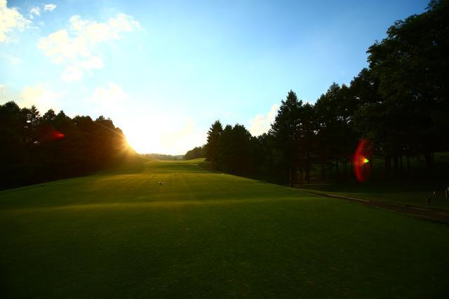 画像: まっすぐ伸びたコースを夕日が染め上げる(撮影/三木崇徳)