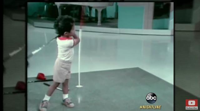 画像: 2歳とは思えぬ力強いスウィングを披露 www.youtube.com