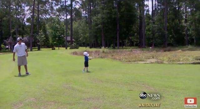 画像: 天才少年としてテレビ局(米国ABC)の取材を受けるだけあって、そのスウィングは見事。さらにパッティングは神がかり的! www.youtube.com