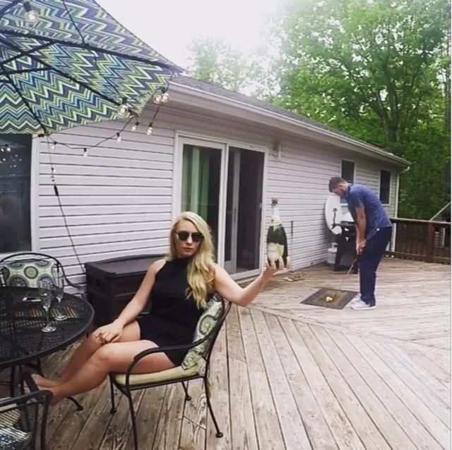 画像: 手前にはシャンパンを掲げた美女。後ろにはゴルファー。これはもしや……! www.instagram.com