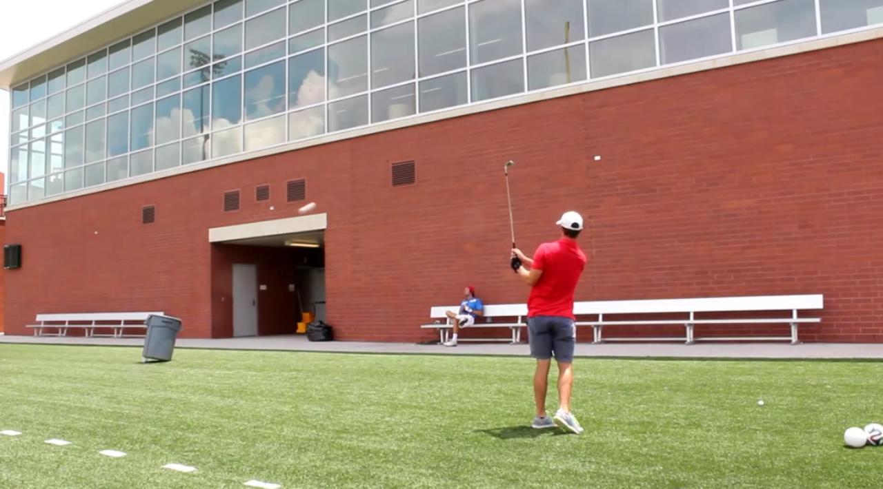 画像: 「壁返し」でバケツにボールを放り込んだり