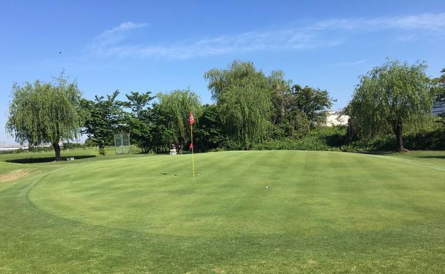 画像: 早朝ゴルフの料金はハーフで平日4100円。土日は5150円。同じ料金を払うなら、マッサージに行くよりリフレッシュできるかもですよ。