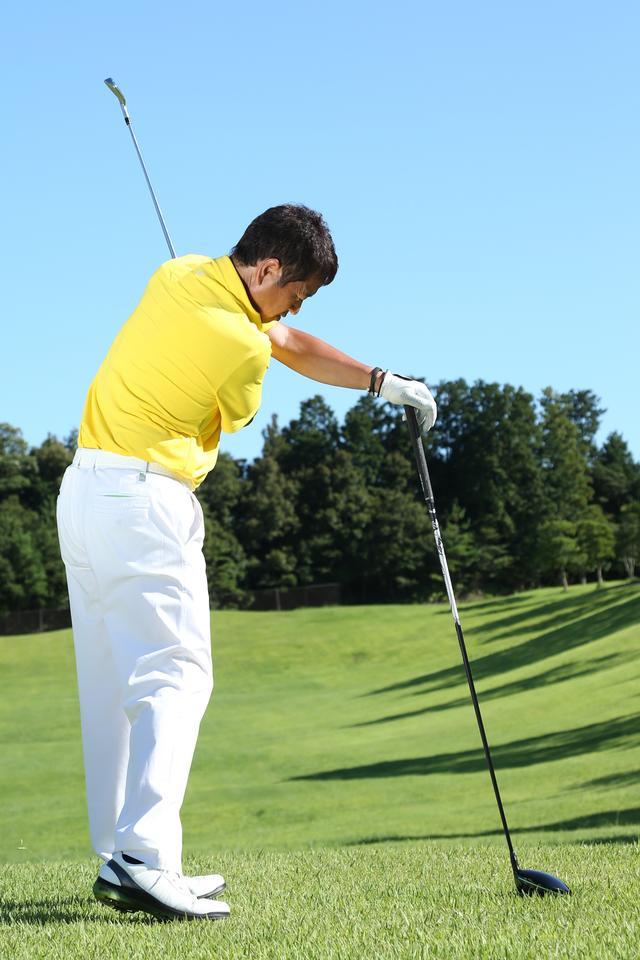 画像: ドライバーを杖のように使って右手一本で打とう