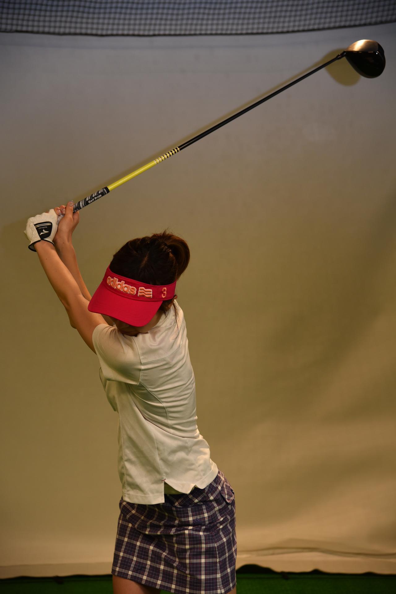 画像: こちらが良い例。胸がターゲットの逆方向を向き、左肩が顔の前にまで来ている