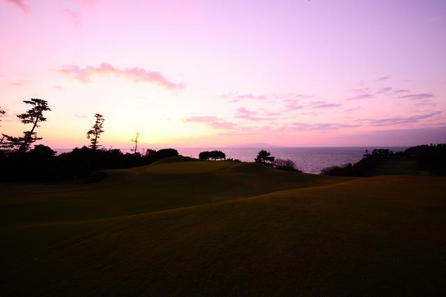 画像: 海に沈む夕日があたりを紫色に染め上げる(撮影/横山博昭)