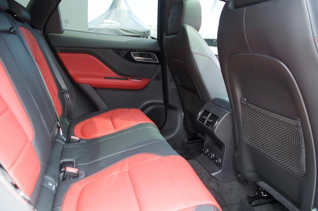 画像: 対象的に後部座席はゆったりとしたスペースが確保されている