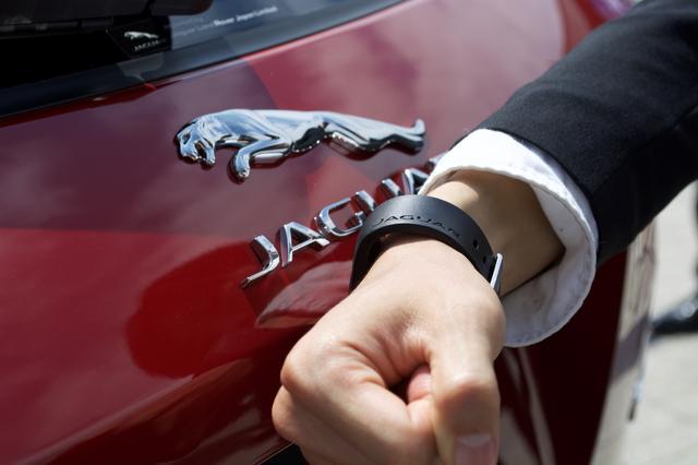 画像: 「アクティビティキー」とはそれを装着することで、鍵の開け閉めができるツール。ジャガーロゴの「J」の部分にかざすことで動作する