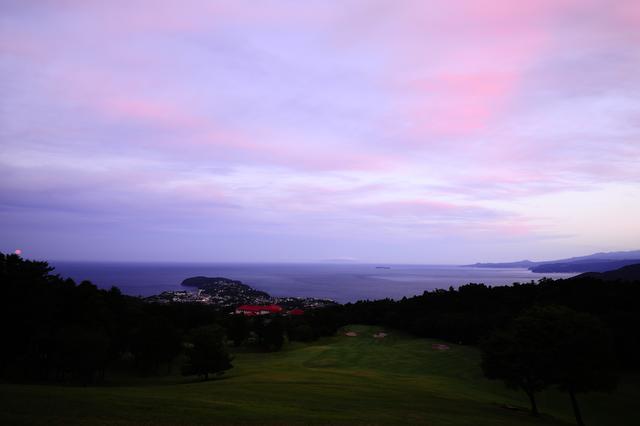 画像: 夕日が雲と空を染め上げ、幻想的な紫色へと変えていく……(撮影/横山博昭)