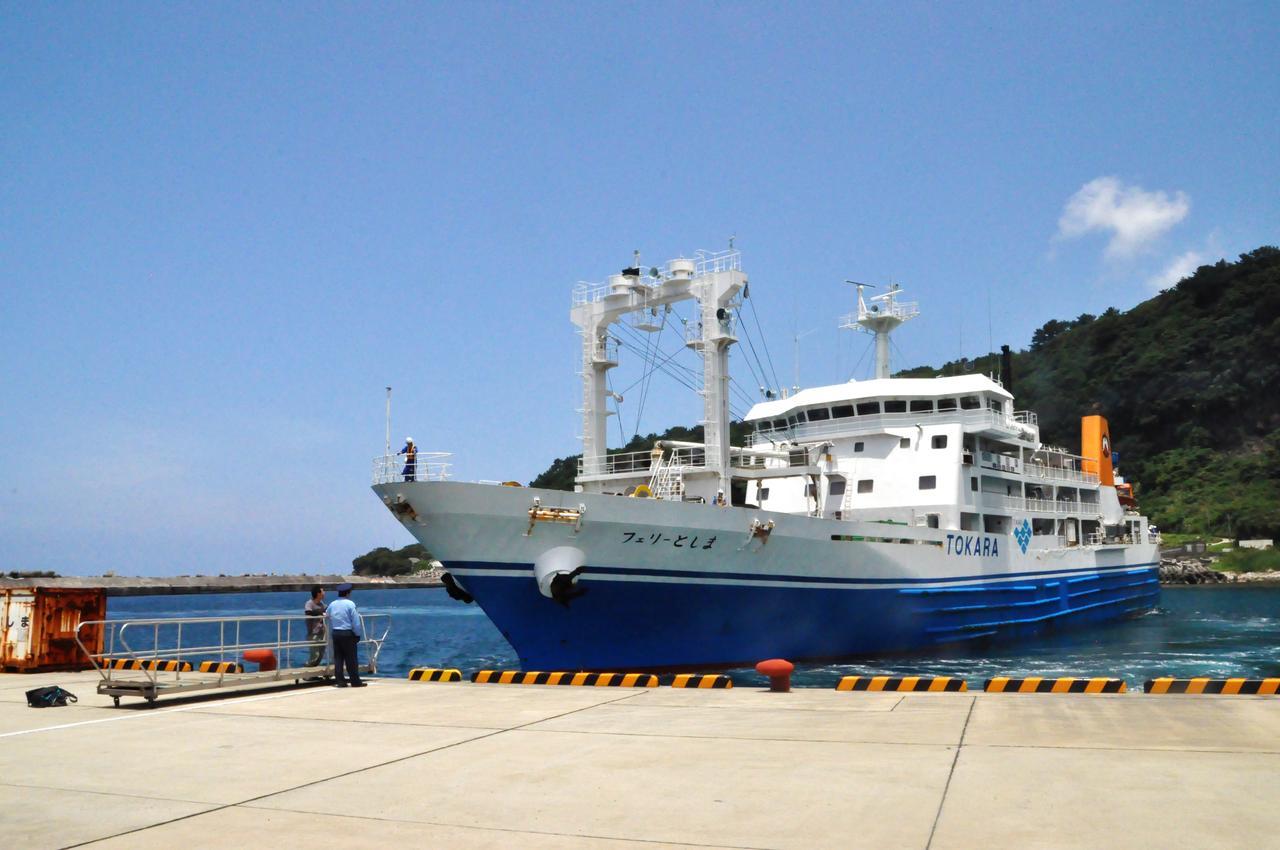画像: 港の様子。専門の港湾職員はおらず、島民や駐在さんが通船作業を行う。通船作業の担い手がいなくなったら、その島は無人島にならざるを得ない。