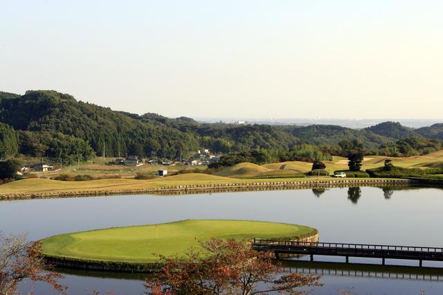画像: 舞台は茨城県の常陸太田市の新・西山荘CC。名物17番のアイランドグリーンは、いかにもドラマが起きそう!