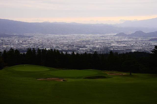 画像: ゴルフ場から見える夕日で染まった空と町並みが妙にマッチする。(撮影/横山博昭)