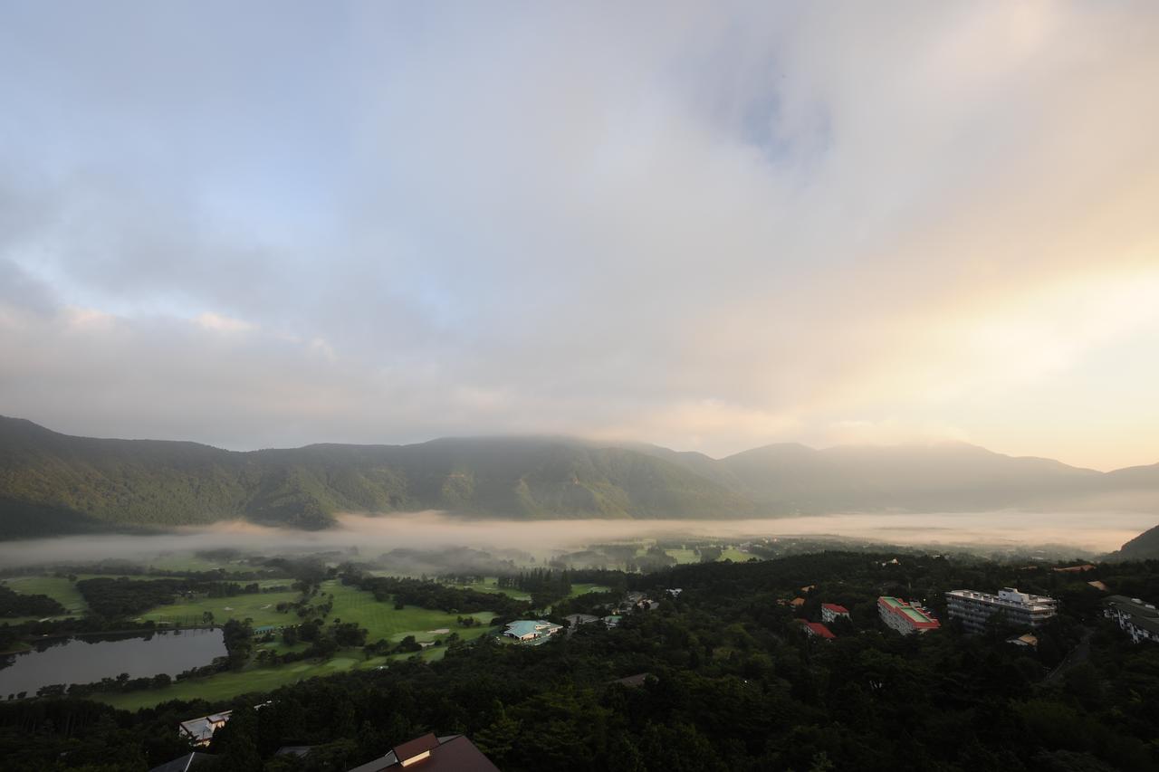 画像: ゴルフ場にかかる霧が、朝日に照らされて幻想的な風景を作り出している(撮影/横山博昭)