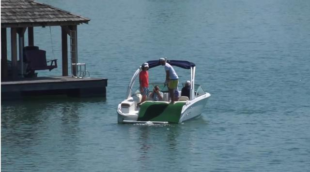 画像: 揺れるボートの上から狙って…… www.youtube.com