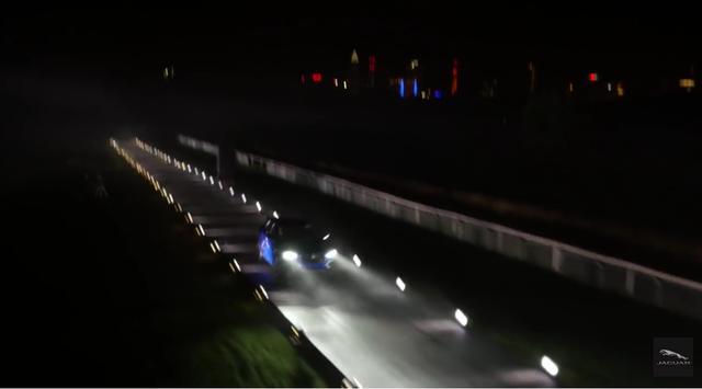 画像: ものすごい加速! それもそのはず、100キロまでの加速に要するのはわずか5.5秒。最高時速は250km/h!