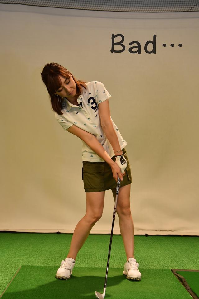 画像: 右足に体重が残った状態。トップから手で打ちにいくと、こんなカタチになりがち