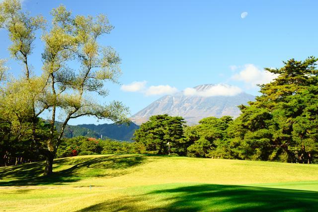 画像: グリーンの奥にそびえ立つ、男体山にアプローチ!(撮影/横山博昭)