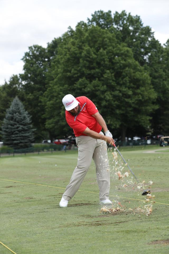 画像: プロゴルファー、「ハンバーガー」をティショット - Thumbs Up Golf