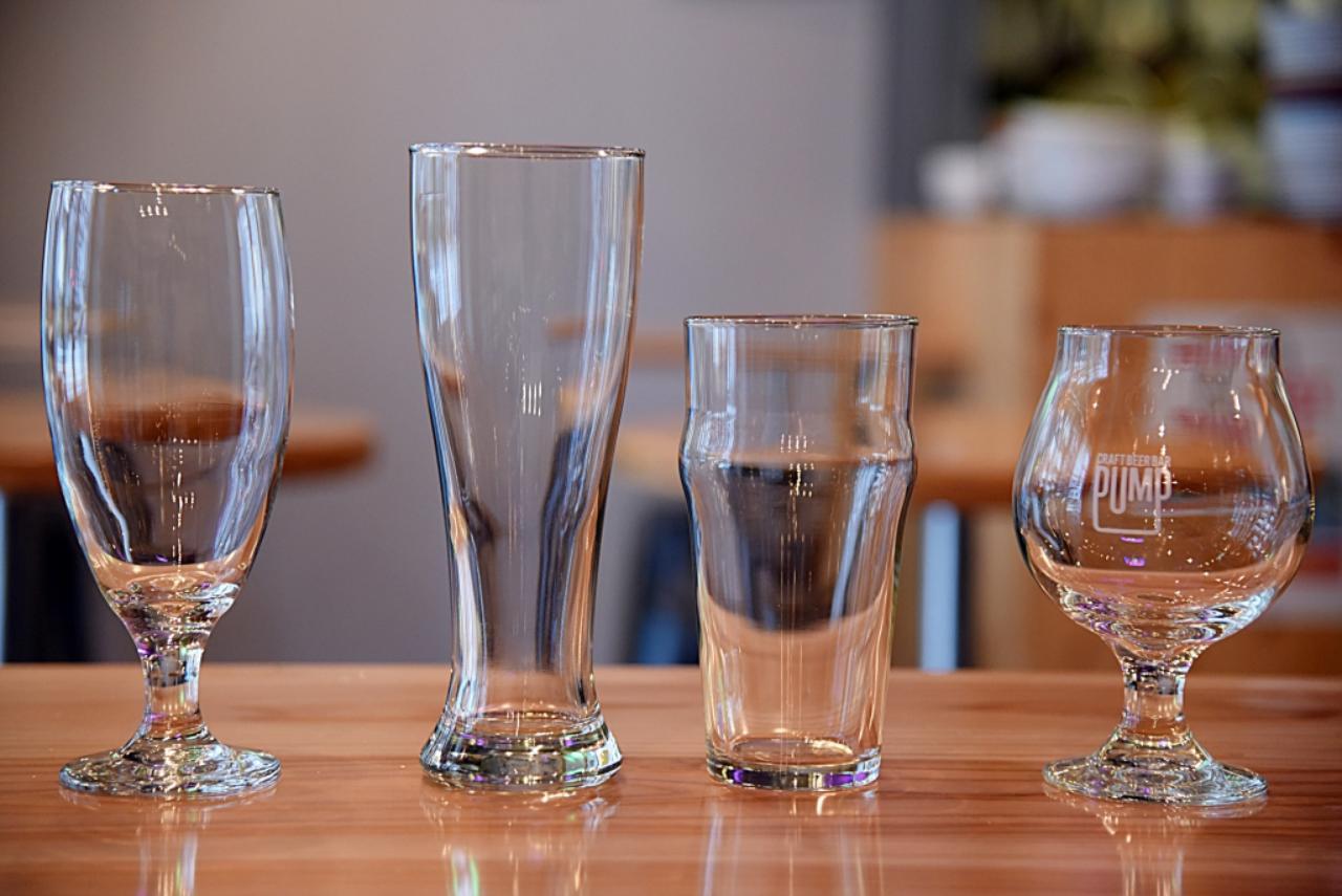 画像: ビールの種類によって使うグラスも違う。右のゴブレットタイプのグラスはスタウト(黒ビール)など、香りを楽しみたいものに合う。スッキリしたビールをゴクゴク飲むなら背が高いグラスがいい。