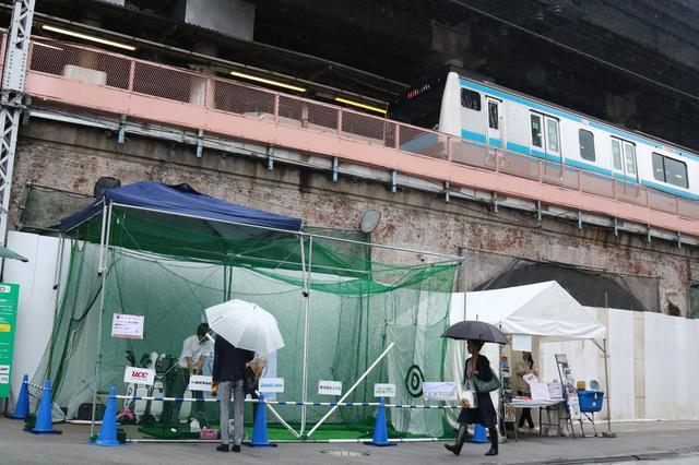 画像: 京浜東北線のガード脇にゴルフブースが出現!