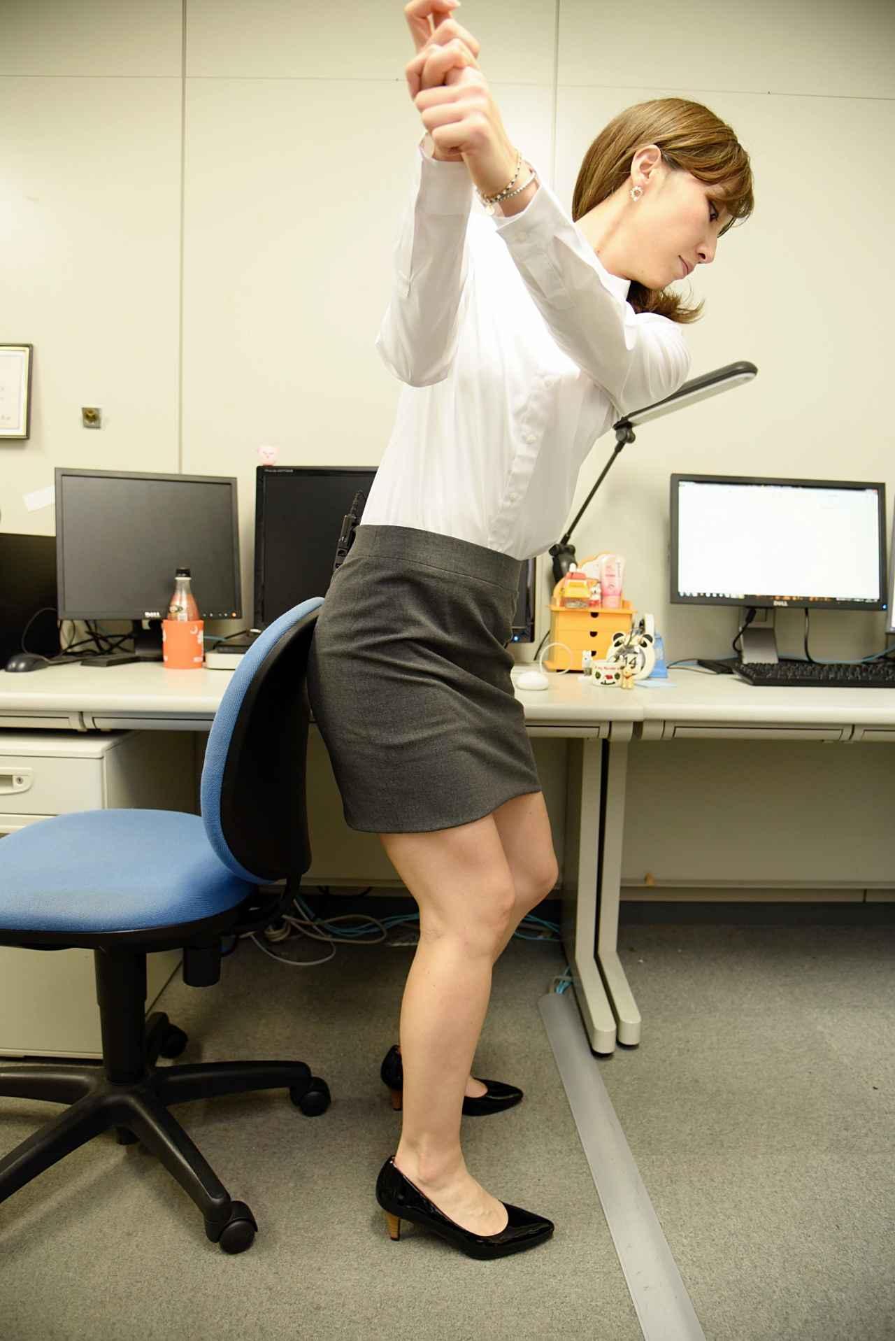 画像2: 美女レッスン@オフィス! 椅子にお尻をつけて、前傾角度をキープしよう