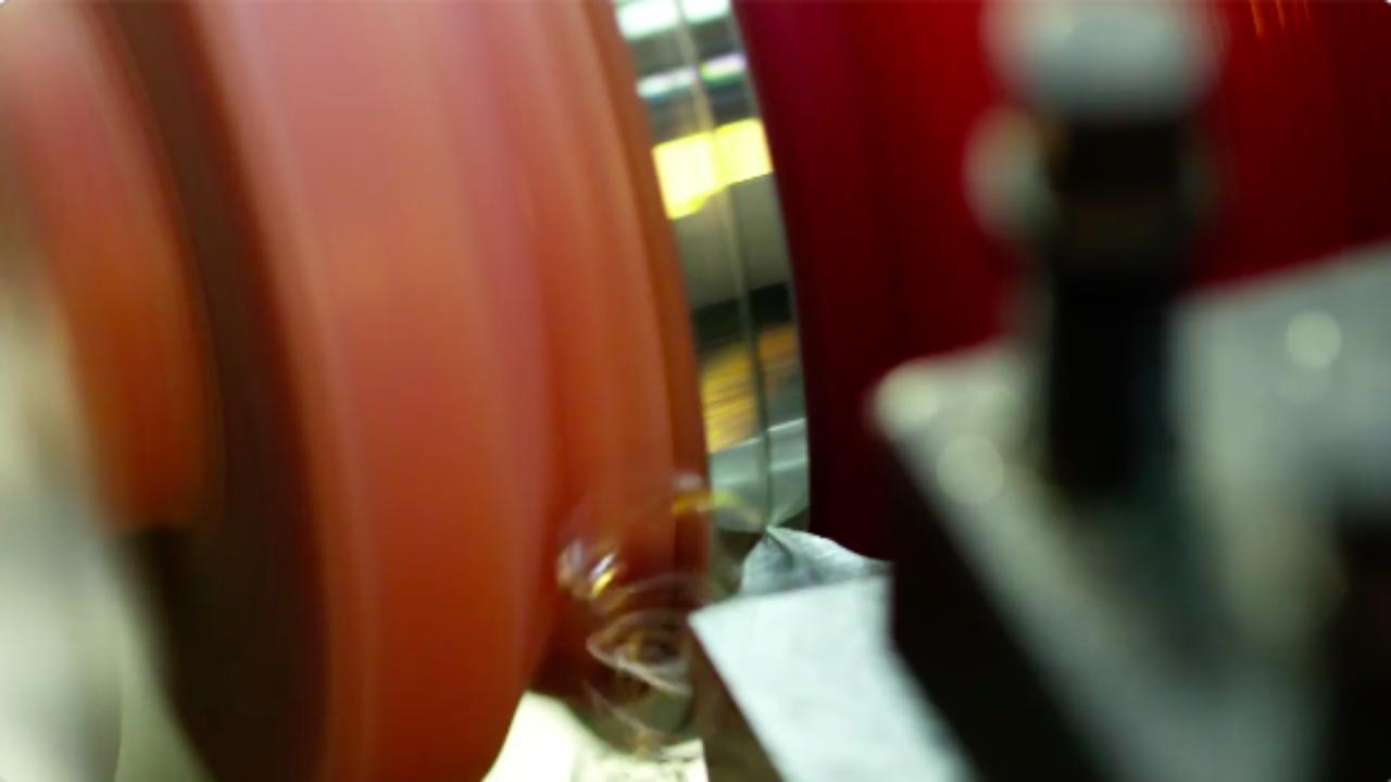 画像: まずは型作り。鉄を削ってメダルの形にしていきます。