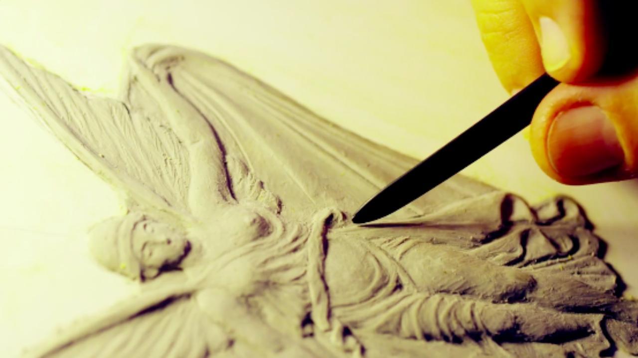 画像: つづいてメダルに刻印される絵の型を作成