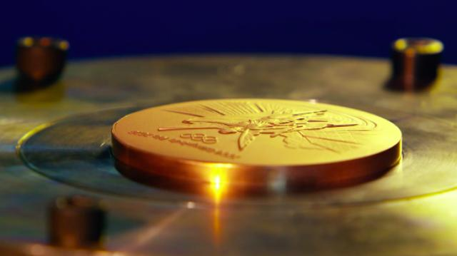 画像: 先ほど作られた型を元にメダルが作られていきます。