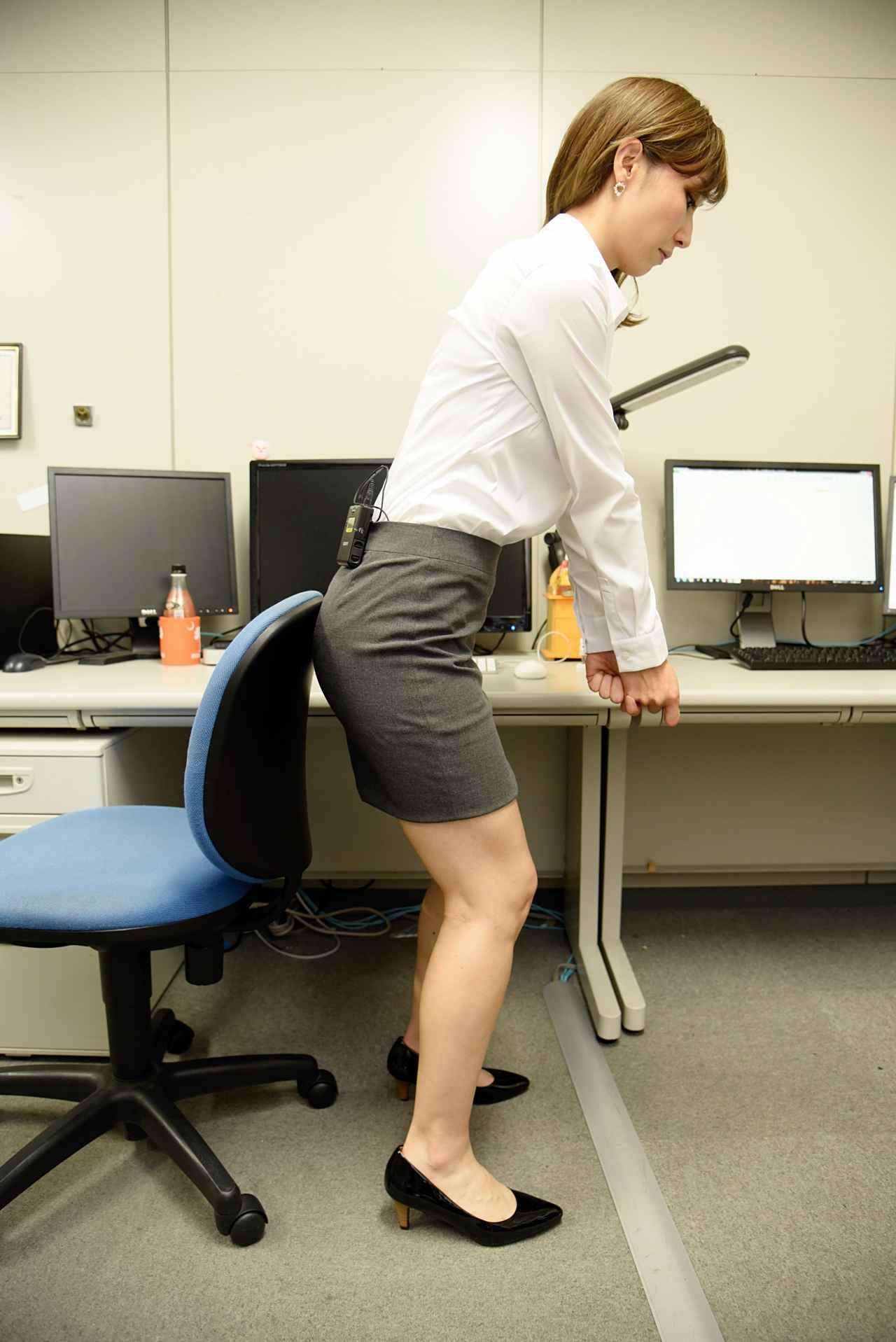 画像4: 美女レッスン@オフィス! 椅子にお尻をつけて、前傾角度をキープしよう