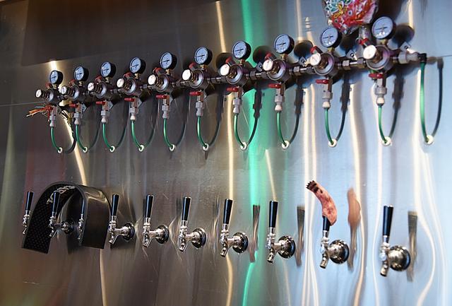 画像: 10個のタップ(注ぎ口)それぞれに、別のビールがつながれる