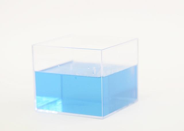画像: お湯の色はリラックスできそうな明るいブルー