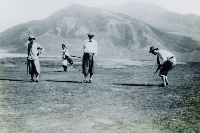 画像: 大正時代、8番グリーンでプレーを楽しむゴルファーたち