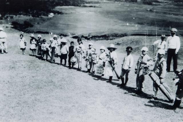 画像: 昭和初期、キャディは仙石原小学校の生徒が行っていた。