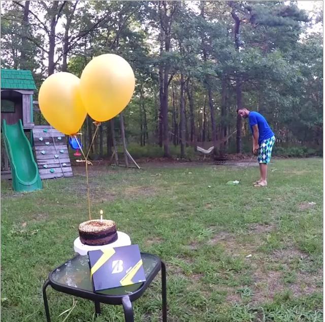 画像: アドレス! 狙う先はバースデーケーキだ。そこには火のついたキャンドルが一本