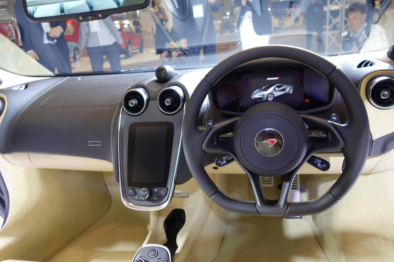 画像: 運転席周りはシンプル。だけどなんでしょうこの未来感! たまらん!