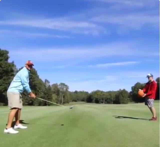 画像: 右の男性はバスケットボールの上にゴルフボールを乗せている。さてどうするか twitter.com