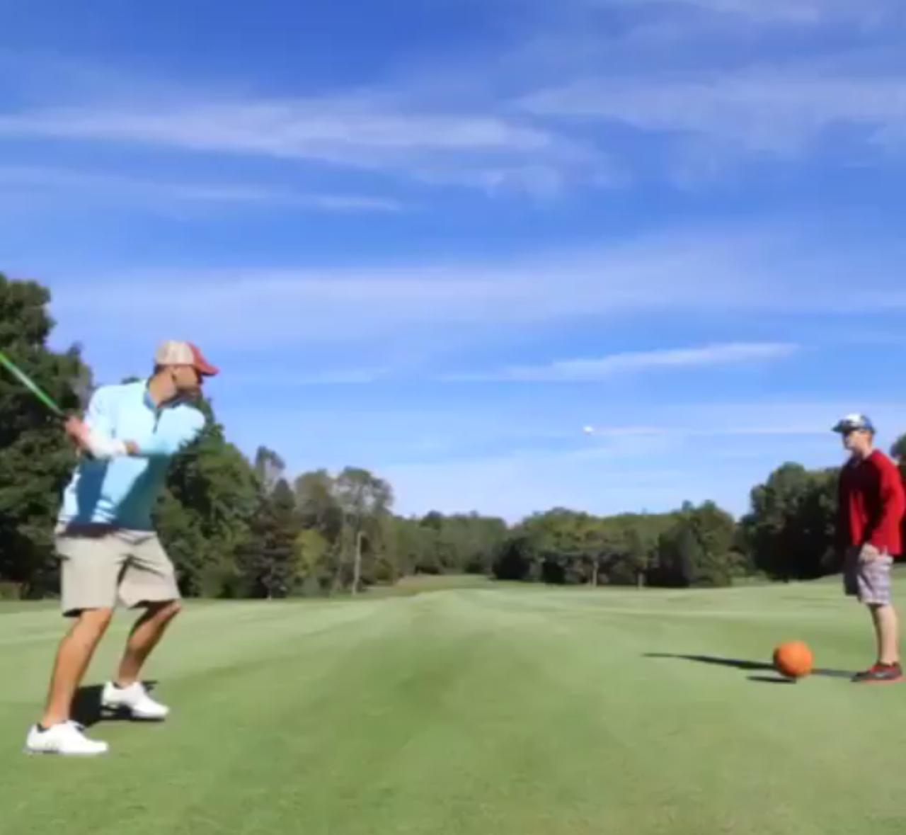 画像: バスケットボールが地面に落ちてボヨンと弾み、ゴルフボールをゴルファーの方向に跳ねあげました。ゴルファー氏は素早くテークバックを開始して…… twitter.com