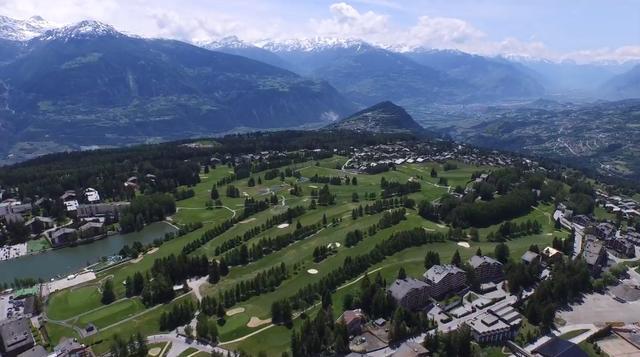 画像: 標高は1500メートル。山の頂上がゴルフ場、という風にも見える twitter.com