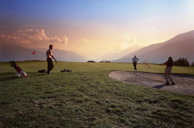 画像: まさに絶景 www.golfcrans.ch