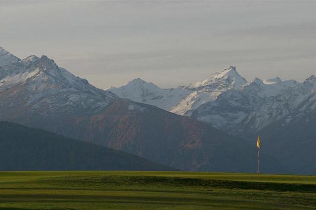 画像: 登山でしか見られないような景色の中でプレーできる www.golfcrans.ch