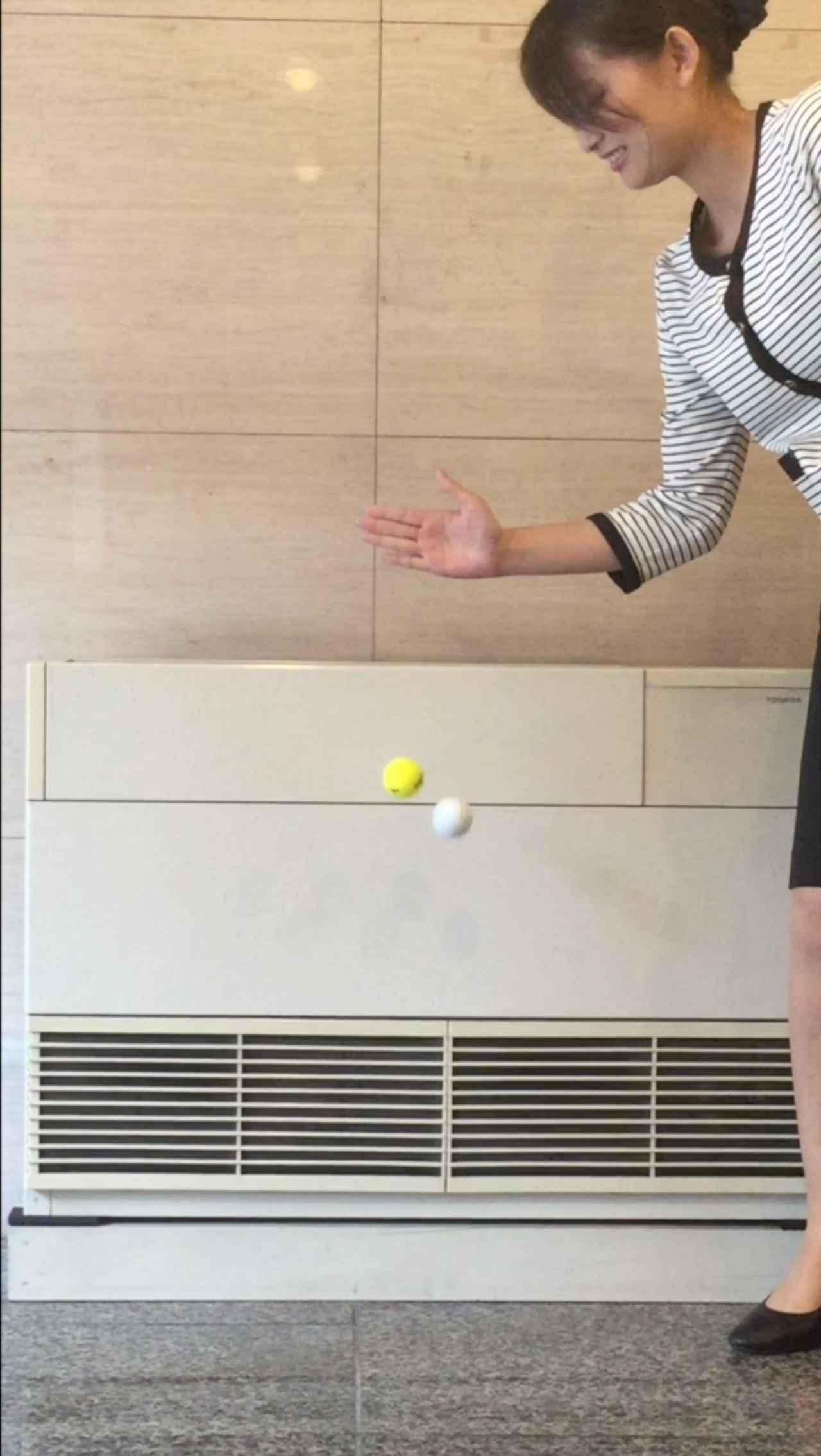 画像: こっ、これは! ボール約一個分、高反発ボールのほうが高く跳ね上がっているのがわかる