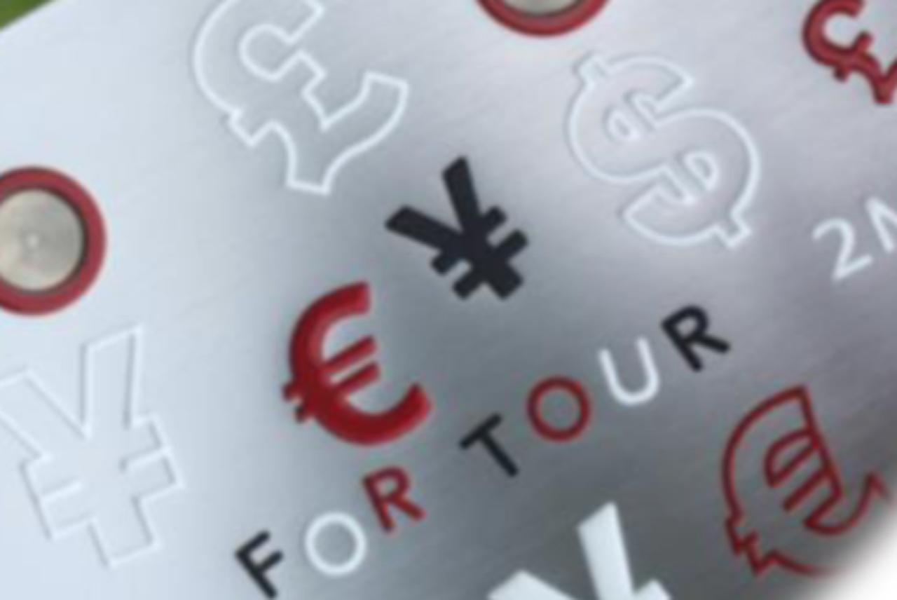 画像: ドル、円、ユーロ、ポンドのマークと「FOR TOUR」の刻印。「お金を稼ぐ」ためのパターだ