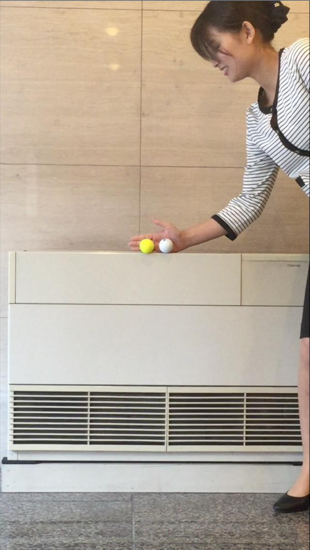 画像: 同じ高さから、ボールを落としてどちらがより跳ね返るかをチェックします