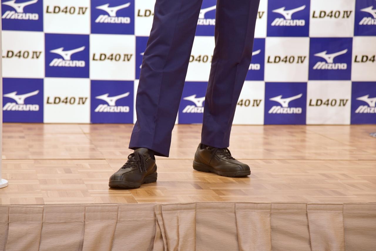 画像: ウォーキングシューズにスーツを合わせてなお似合うのは、歩き方がいいから