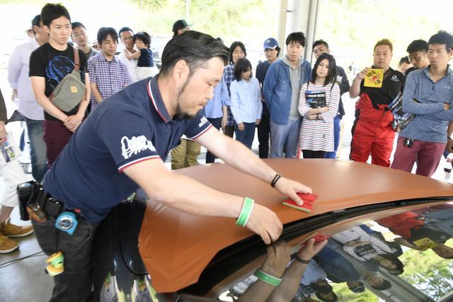 画像: 海外のショーでも活躍している、日本を代表するラッピングアーティスト、大塚真氏によるラッピングの実演も興味深いアトラクション。エブリン・デモカーのラッピングも彼の作品。