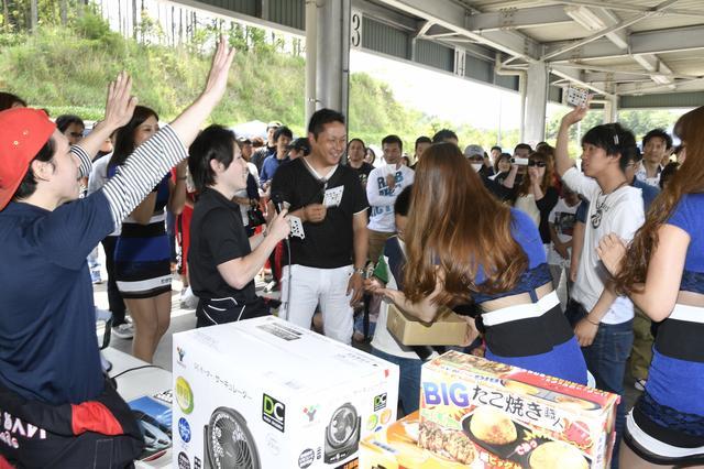 画像: 折り畳み式自転車や、大阪のお店らしいタコ焼ききなど、豪華景品が用意されたビンゴ大会は大盛り上がり。場所柄、アルコールは一切なしなのに、飲み会のノリ。