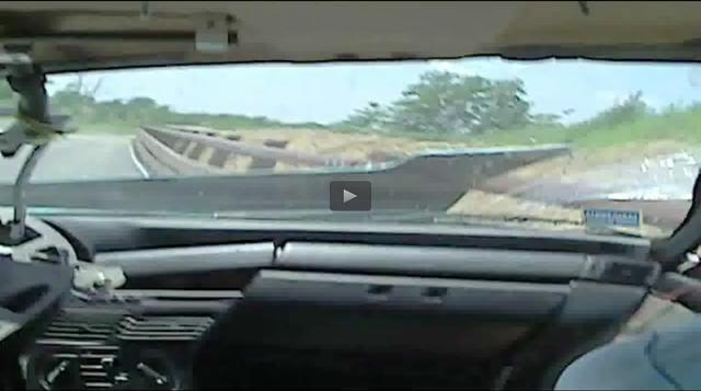画像: 一瞬でドカン! ボンネットがめくれ上がり、画像は思い切り歪みます。 www.toyo.co.jp