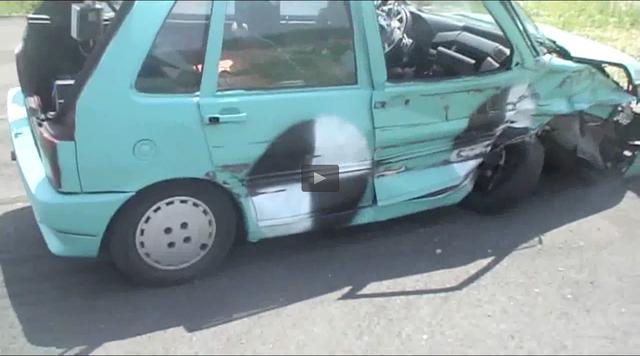 画像: 大破したボディはあまりに「痛そう」ですが、運転席には人影なし。いちはやく脱出済み?? www.toyo.co.jp